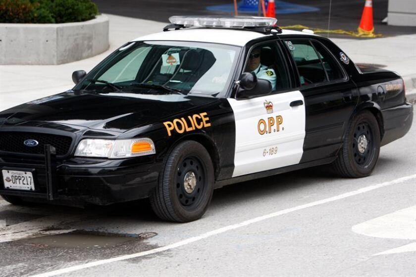 Vista de un coche de policía patrulla. La Policía de Toronto dijo hoy que prevé imputar nuevos homicidios a Bruce McArthur, un jardinero de Toronto que está acusado de la muerte de cinco personas de la comunidad gay de la ciudad y cuyos restos habría ocultado en macetas. EFE/Archivo