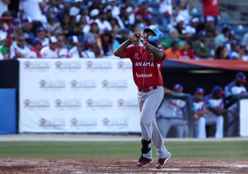 Elmer Reyes de los Toros de Herrera de Panamá celebra un jonrón contra las Estrellas Orientales de República Dominicana este viernes, durante un partido de la Serie del Caribe, en el estadio nacional Rod Carew, en ciudad de Panamá (Panamá). EFE