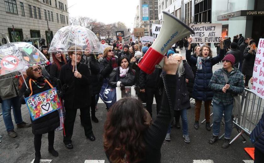 """Activistas han convocado a las mujeres y sus """"aliados"""" a una jornada de protesta coincidiendo con el primer aniversario del presidente Donald Trump en la Casa Blanca, y que pretende emular el espíritu de la """"Marcha de las Mujeres"""" llevada a cabo el pasado enero por todo el país. EFE/ARCHIVO"""
