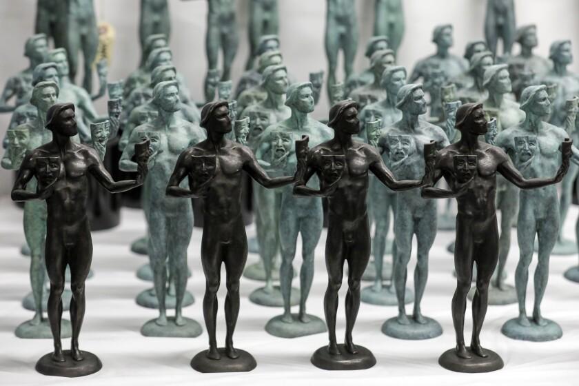 Las estatuillas de bronce macizo otorgadas en la 26a edición anual de los Screen Actors Guild Awards, en diferentes etapas.