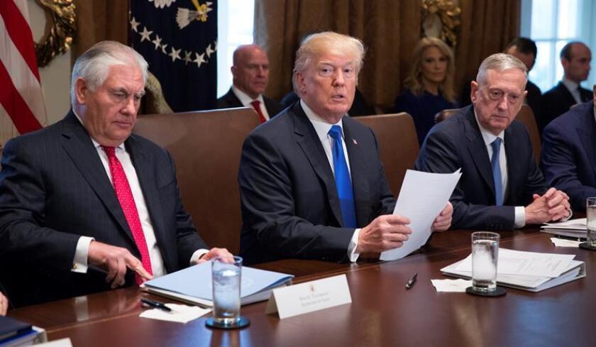 El presidente estadounidense, Donald Trump (c); el secretario de Estado, Rex Tillerson (i); y el secretario de Defensa, James Mattis, hablan con los medios de comunicación durante una reunión del gabinete de Gobierno, en la Casa Blanca de Washington DC (Estados Unidos) hoy, 20 de diciembre de 2017.EFE/POOL