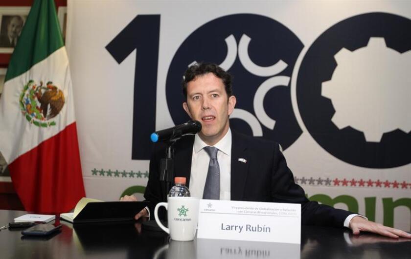 El representante en México del Partido Republicano de Estados Unidos, Larry Rubin, participa este jueves, durante una rueda de prensa en Ciudad de México (México). Larry Rubin pidió este jueves al presidente mexicano, Andrés Manuel López Obrador, que aumente los esfuerzos en la lucha contra el narcotráfico. EFE