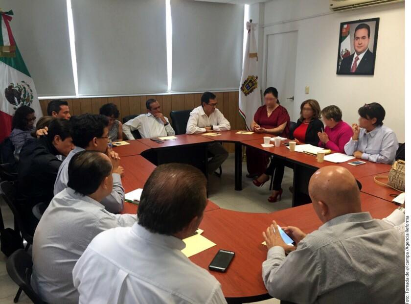 El Subsecretario de Derechos Humanos de la Secretaría de Gobernación Roberto Campa (al centro) se reunió en Veracruz con colectivos y representantes de familiares de desaparecidos.