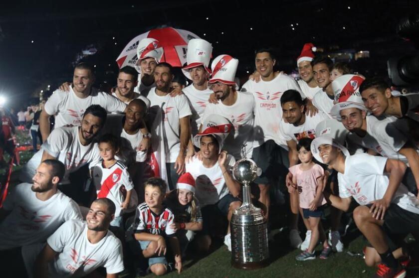 Los jugadores de River Plate celebran el 23 de diciembre de 2018 con los aficionados la victoria en la Copa Libertadores frente a Boca Juniors, en el estadio Monumental en Buenos Aires (Argentina). EFE/Archivo