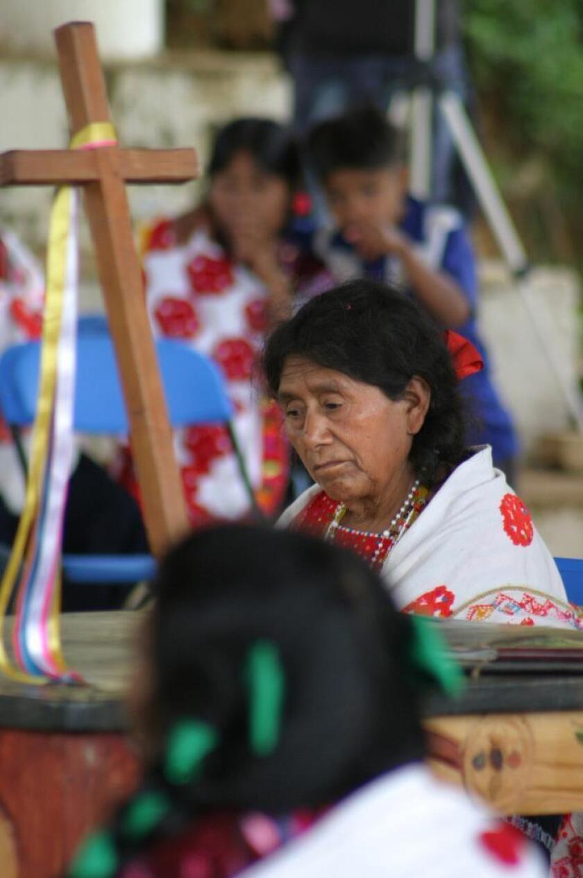 Indígenas mexicanos regresan sus santos al templo reparado tras sismo de 2017