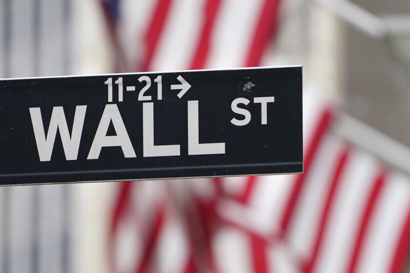 Esta fotografía muestra un letrero de Wall Street frente a la Bolsa de Valores de Nueva York,