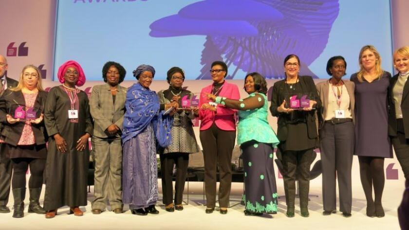 """Marisol Casado (4d), miembro del Comité Olímpico Internacional (COI) y presidenta de la Unión Internacional de Triatlón (ITU), durante la entrega de los premios """"Power Together"""" que distinguieron hoy el desempeño del grupo de trabajo del COI sobre Igualdad de Género, el movimiento contra el acoso sexual #Metoo y la red de mujeres africanas. EFE"""