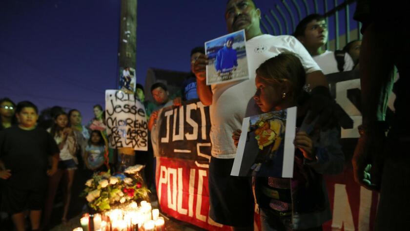 Esta semana residentes de Boyle Heights se reunieron en una vigilia en honor a Jesse Romero, muerto en un enfrentamiento con la policía.