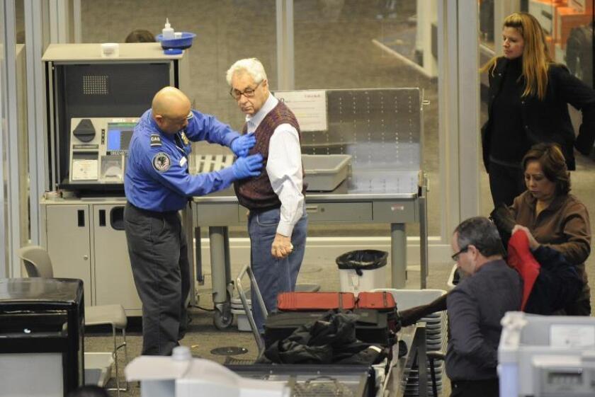 Un oficial de seguridad aeroportuaria revisa a un pasajero en el aeropuerto Internacional de San Francisco, California (EEUU). EFE/John G. Mabanglo/Archivo