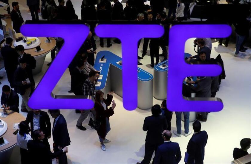 El Departamento de Comercio prohibió hoy a todas las empresas del país la venta de componentes al gigante chino de las telecomunicaciones ZTE durante los próximos 7 años por no haber cumplido el acuerdo alcanzado con Washington en 2017 tras comprobarse que había comerciado con Irán. EFE/ARCHIVO