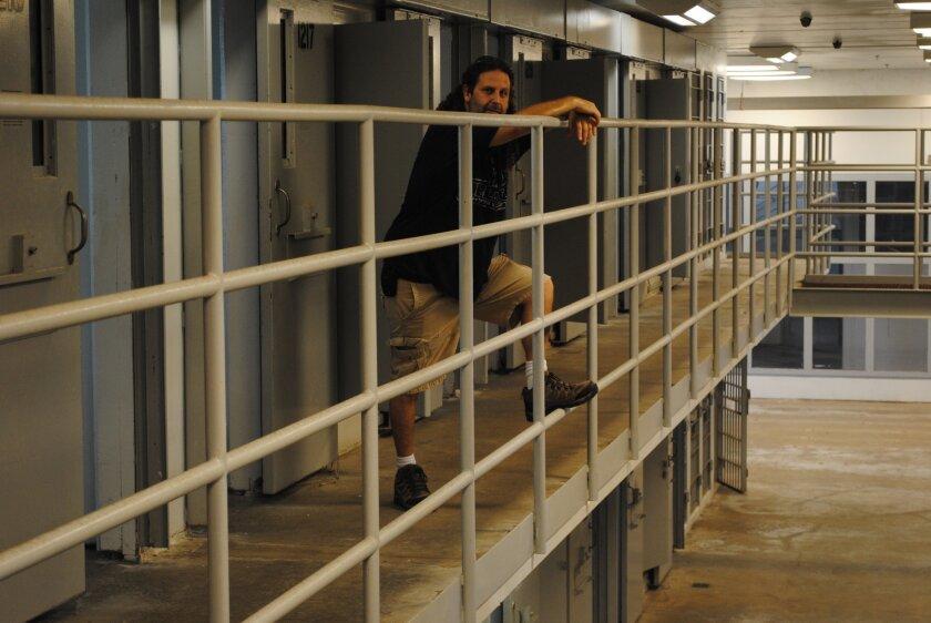 """Fotografía del viernes 23 de septiembre 2016 del empresario Geronimos Dimitrelos posando junto a celdas en el antiguo correccional del condado de Indian River (Florida), que fue clausurado por el estado en 2012 por falta de presupuesto. Vivir la experiencia de ser un preso, al menos por un día y sin ninguna consecuencia penal, es lo que el empresario Geronimos Dimitrelos quiere ofrecer a los turistas que visiten Vero Beach, en Florida (EE.UU.), y se alojen en su """"cárcel"""". Dimitrelos compró recientemente en una subasta pública el antiguo correccional del condado de Indian River, que fue clausurado por el estado en 2012 por falta de presupuesto. EFE/Antoni Belchi"""