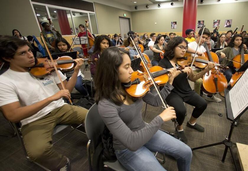 """La Orquesta Juvenil de Los Ángeles (YOLA, por sus siglas en inglés) estrenó hoy su cuarta sede """"satélite"""" en Los Ángeles y la primera que funciona dentro de una escuela comunitaria. EFE/ARCHIVO"""