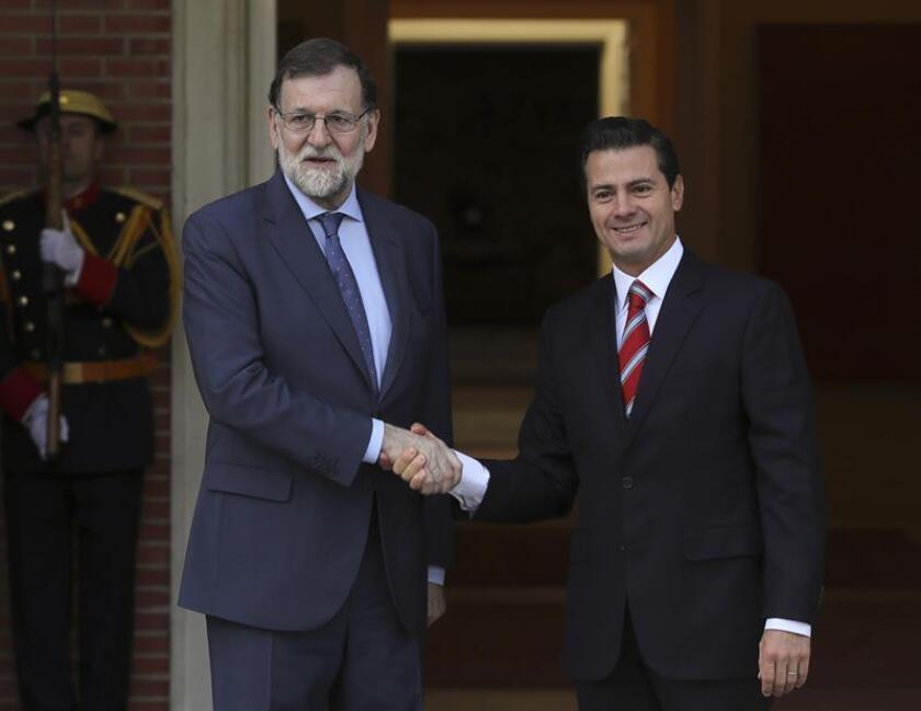 El presidente del Gobierno, Mariano Rajoy (i), recibe en el Palacio de la Moncloa al presidente de México, Enrique Peña Nieto, con motivo de la visita oficial del mandatario mexicano en España. EFE
