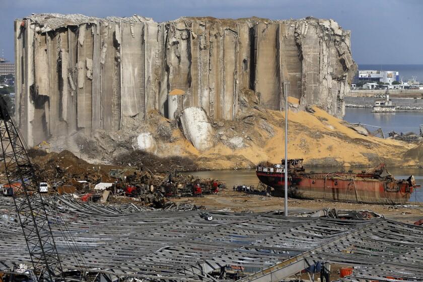 Rescatistas y trabajadores con maquinaria buscan víctimas entre los escombros el lunes 10 de agosto