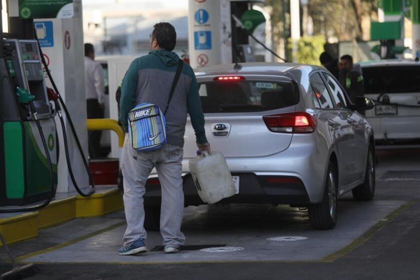 El desabastecimiento de combustibles que sufren varios estados mexicanos alcanzó la zona metropolitana de Monterrey, uno de los polos industriales del país, por el traslado de camiones cisterna desde Nuevo León al centro del país, informaron hoy fuentes oficiales. EFE/Archivo