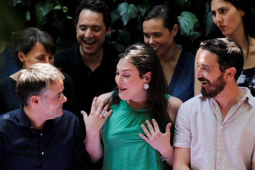 """La actriz transexual Daniela Vega (c), protagonista de la película chilena """"Una mujer fantástica"""", conversa con el director y coguionista del film Sebastian Lelio (i). EFE/Archivo"""