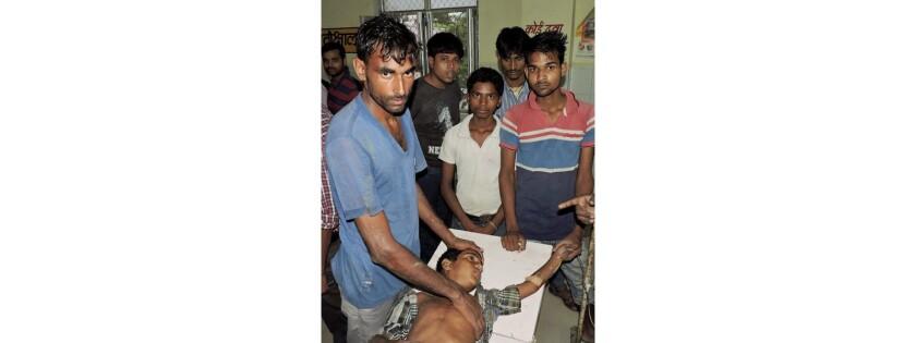 Un niño de la India que resultó lastimado al ser alcanzado por un rayo recibe atención médica en un hospital en Balia, en el estado de Uttar Pradesh, en la India, el 22 de junio del 2016. (Press Trust of India via AP)