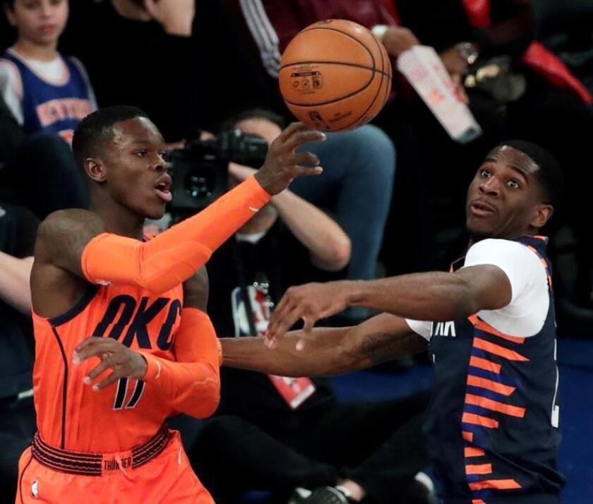 El base alemán de los Oklahoma City Thunder Dennis Schroder (i) disputa un balón con el base estadounidense de los Knicks de Nueva York Damyen Dotson (d) durante el partido entre ambos equipos de la NBA, este lunes en el Madison Square Garden de Nueva York (Estados Unidos). EFE