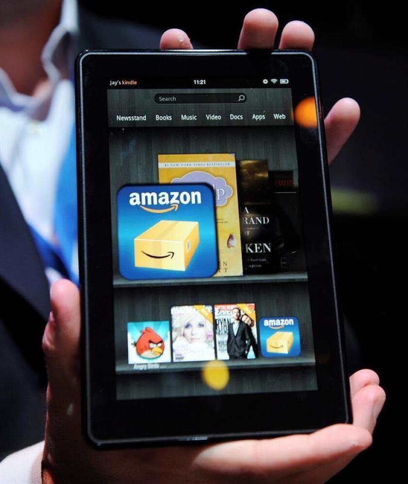 """Un empleado de la tienda por internet Amazon muestra la nueva tableta electrónica """"Kindle Fire"""". EFE/Archivo"""
