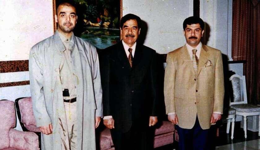 Saddam Hussein (c) posa con sus hijos Uday (i) y Qusay. Uday era muy temido por su violencia y sus tendencias maníacas y desequilibradas. Fue acusado de numerosas violaciones.