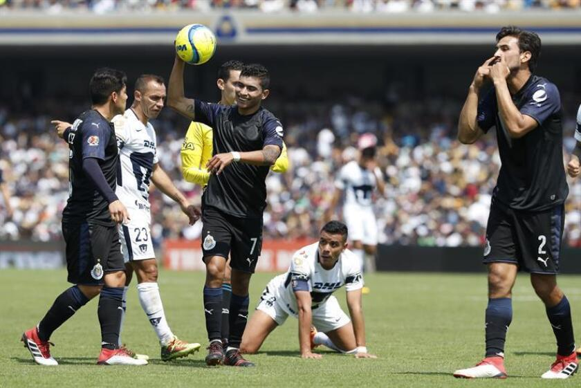 El jugador de Chivas Orbelín Pineda (c) reclama una falta Ante Pumas hoy, domingo 25 de febrero de 2018, durante el juego correspondiente a la jornada 9 del torneo mexicano de fútbol celebrado en el estadio Olímpico Universitario, en Ciudad de México (México). EFE/Archivo
