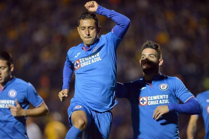 Elías Hernández (c), del Cruz Azul, fue registrado este sábado al festejar un gol que le anotó a los Tigres de UANL, durante un partido de la jornada 3 del Torneo Clausura 2019 de fútbol en México, en el estadio BBVA de la ciudad de Monterrey (México). EFE