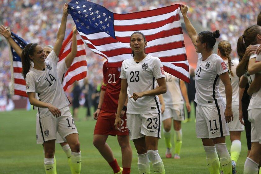 Jugadoras de Estados Unidos celebran tras coronarse campeonas del Mundial 2015.