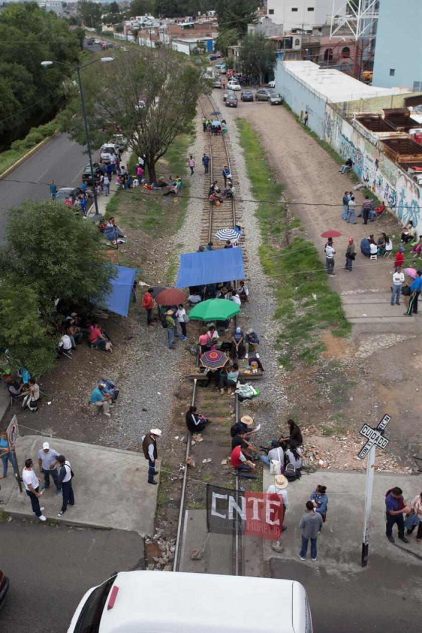 Un total de 25 profesores fueron detenidos hoy tras un enfrentamiento con policías antimotines en el occidental estado mexicano de Michoacán, donde protestaban contra la reforma educativa.