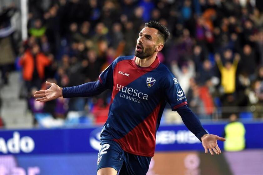 El delantero del Huesca, Enrique Gallego, durante el encuentro correspondiente a la jornada 22 de primera división que disputan esta noche frente al Real Valladolid en el estadio El Alcoraz, en la capital aragonesa. EFE