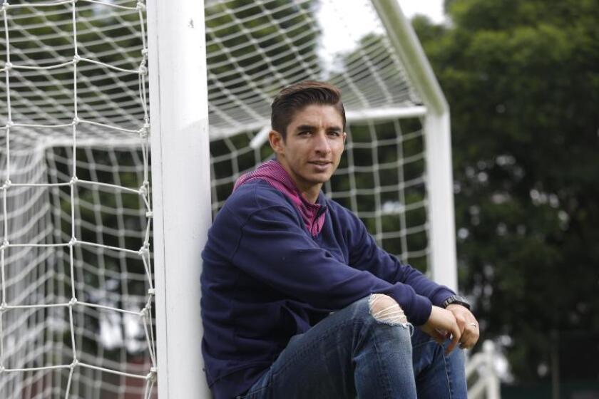 Fotografía fechada el 14 de agosto de 2019, del futbolista mexicano Isaác Brizuela durante una entrevista con Efe, en Guadalajara (México). EFE/Francisco Guasco