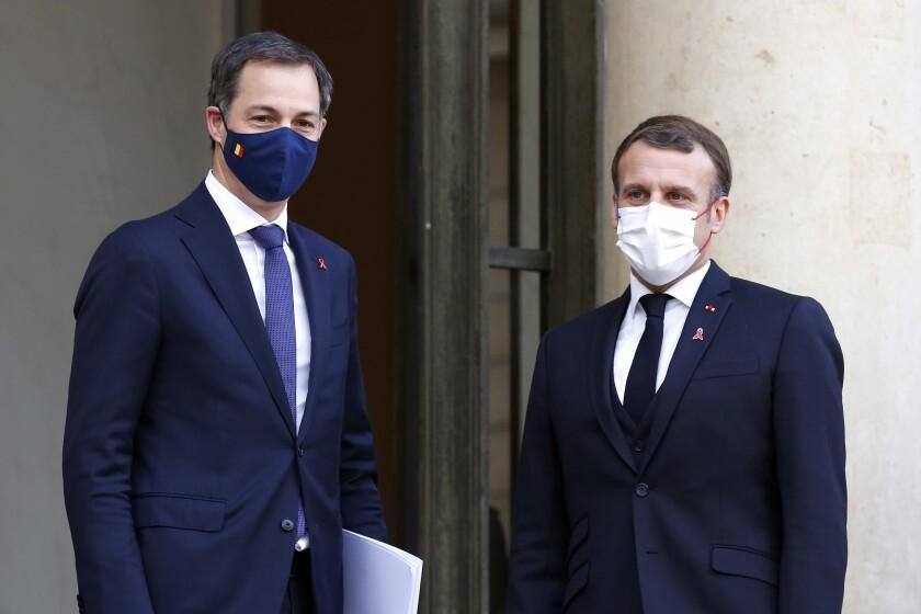 El presidente francés Emmanuel Macron (der) con el primer ministro belga Alexander De Croo en el Palacio de los Eliseos en París el 1 de diciembre del 2020. (AP Photo/Thibault Camus)