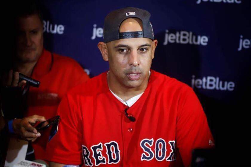 En la imagen, el manejador de los Medias Rojas, el puertorriqueño Alex Cora. EFE/Archivo