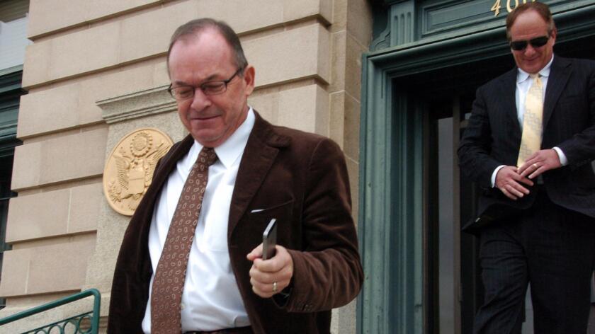 Tim Blixseth (izq.), sale de la corte de los EE.UU. en Butte, Montana, luego de enfrentarse a un interrogatorio acerca de sus finanzas, el 24 de noviembre de 2014 (Matthew Brown/Associated Press).