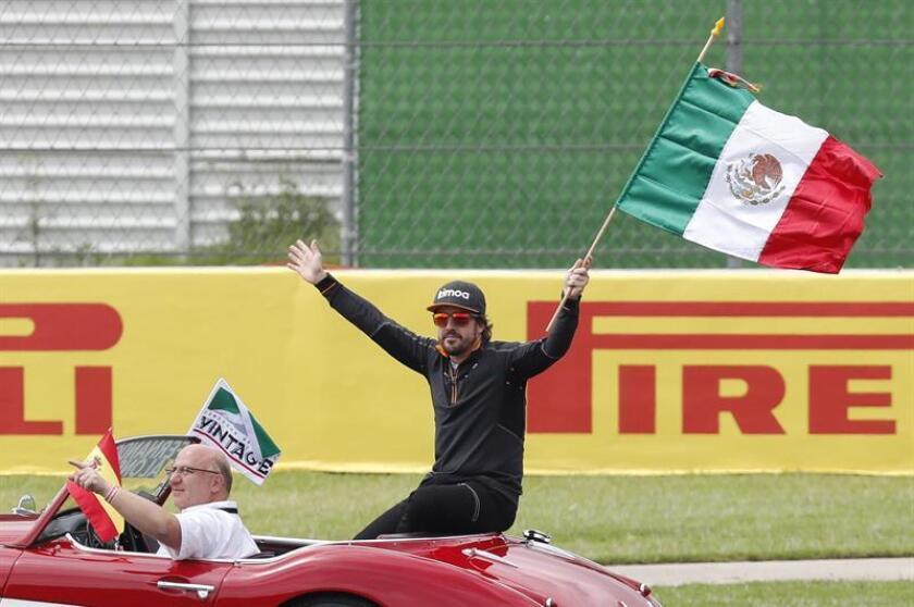El español Fernando Alonso de McLaren agita una bandera de México hoy, domingo 28 de octubre de 2018, ante del Gran Premio de México de Formula Uno, en el Autódromo Hermanos Rodríguez, en Ciudad de México (México). EFE