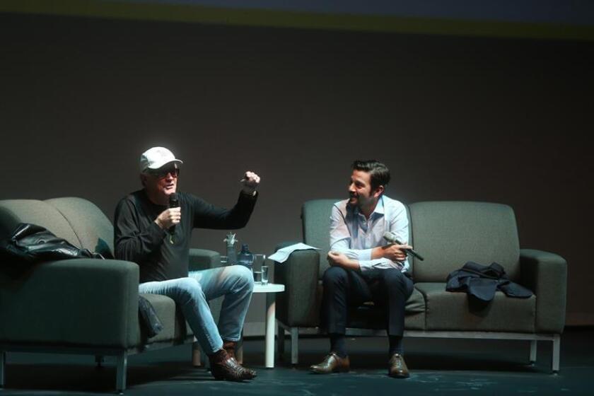 El actor estadounidense Peter Fonda (i) y el mexicano Diego Luna (d) participan en una conferencia, en el marco del Festival Internacional de Cine Guadalajara (FICG) hoy sábado, en Guadalajara (México). EFE