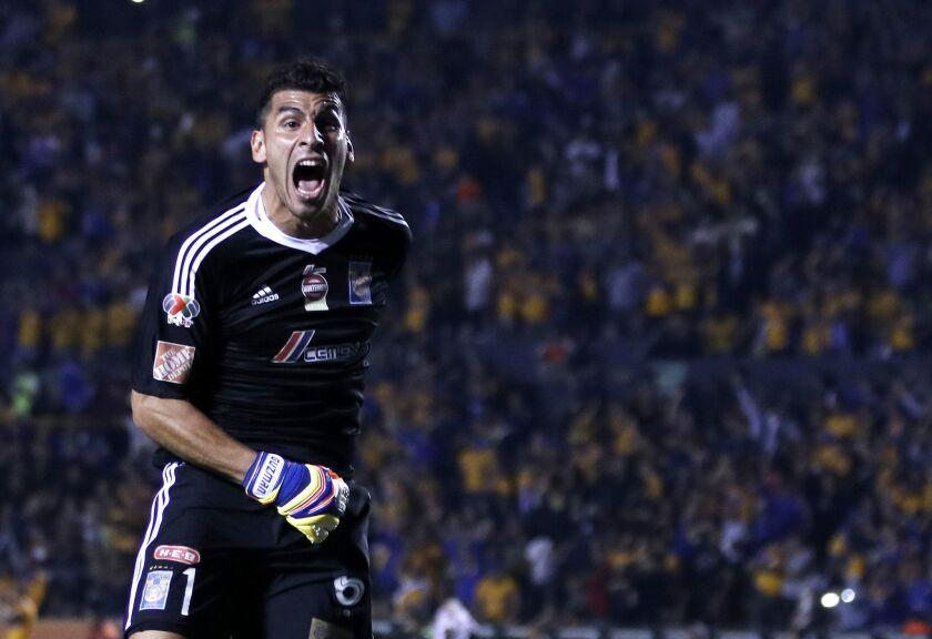 El portero Nahuel Guzman de Tigres UANL celebra la anotación de un gol ante América durante el partido correspondiente a la semifinal del Torneo Apertura 2017 entre el Tigres UANL y el América que se celebra hoy, sábado 02 de diciembre de 2017, en el estadio Universitario de la ciudad de Monterrey