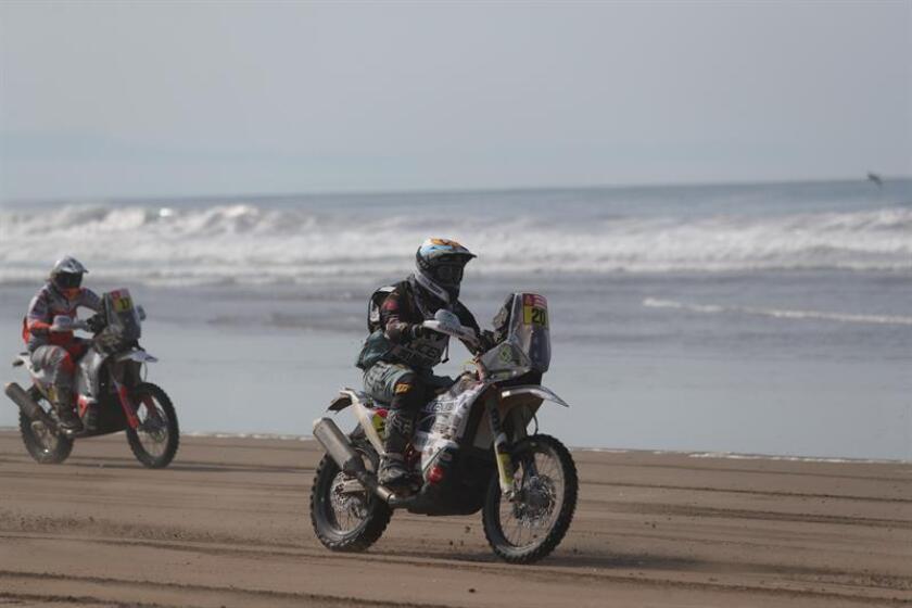 Fotografía tomada el pasado 11 de enero en la que se registró al piloto español Armand Monleon al conducir su KTM, durante la quinta etapa del Rally Dakar 2019, entre Tacna y Arequipa (Perú). EFE