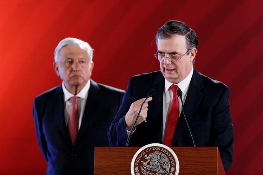 El canciller de México, Marcelo Ebrard (d), junto al presidente de México, Andrés Manuel López Obrador (i), habla en rueda de prensa este jueves, en el Palacio Nacional de Ciudad de México (México). EFE