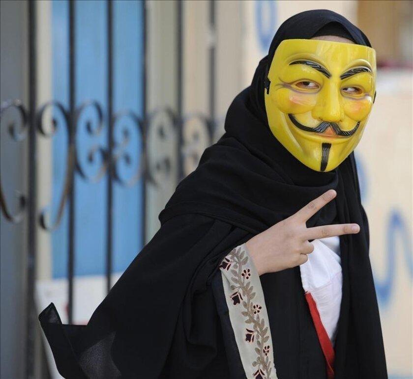 El Ministerio de Interior de Arabia Saudí prohibió hoy el uso y la venta de las máscaras que suelen llevar el grupo de piratas informáticos Anonymous en sus reivindicaciones, informó la agencia oficial de noticias saudí SPA. EFE/Archivo