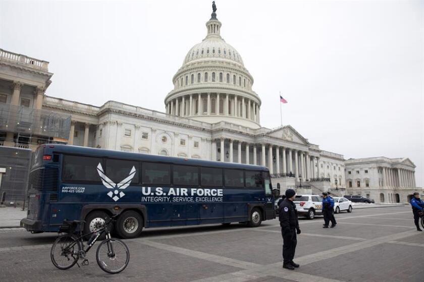 Vista de un autobús de la Fuerza Aérea de los Estados Unidos aparcado junto al Capitolio. EFE/Archivo