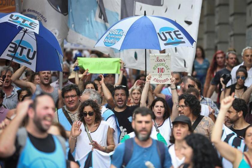 Teachers in the Argentine capital take to the streets on Thursday, Dec. 27, to protest plans by the Buenos Aires municipal government to close 14 night schools. EFE-EPA/Juan Ignacio Roncoroni