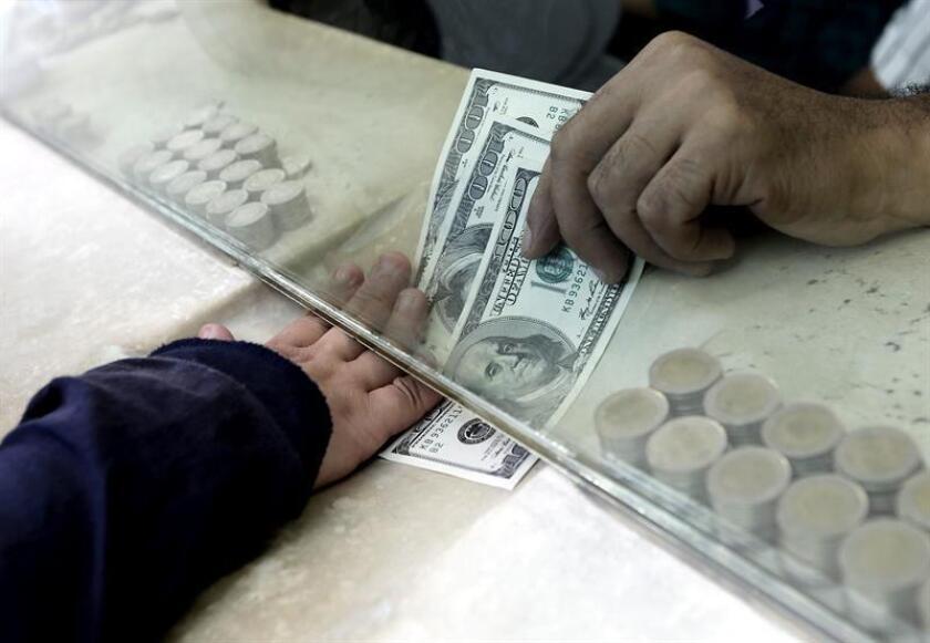 Moody's mejoró la perspectiva de la deuda soberana de México de negativa a estable, valoró positivamente el avance en las negociaciones del TLCAN y consideró que, gane quien gane las presidenciales del 1 de julio, no se darán grandes cambios en la política económica, informó hoy la agencia calificadora. EFE/Archivo
