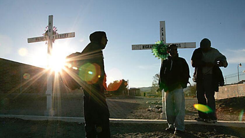 Organizaciones locales en Arizona estimaron que alrededor de más de 6.000 inmigrantes indocumentados murieron en la frontera entre Estados Unidos y México desde 1998, como consecuencia de la creciente militarización de la frontera.