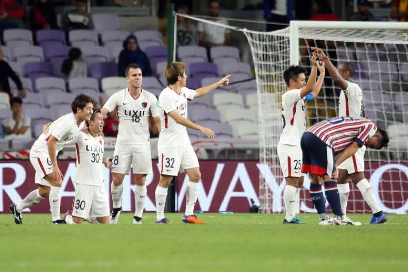 Los jugadores de Kashima Antlers celebran uno de los goles que le han metido en las semifinales del mundialito a costa del CD Guadalajara en Al Ain, Emiratos Árabes Unidos. EFE/EPA