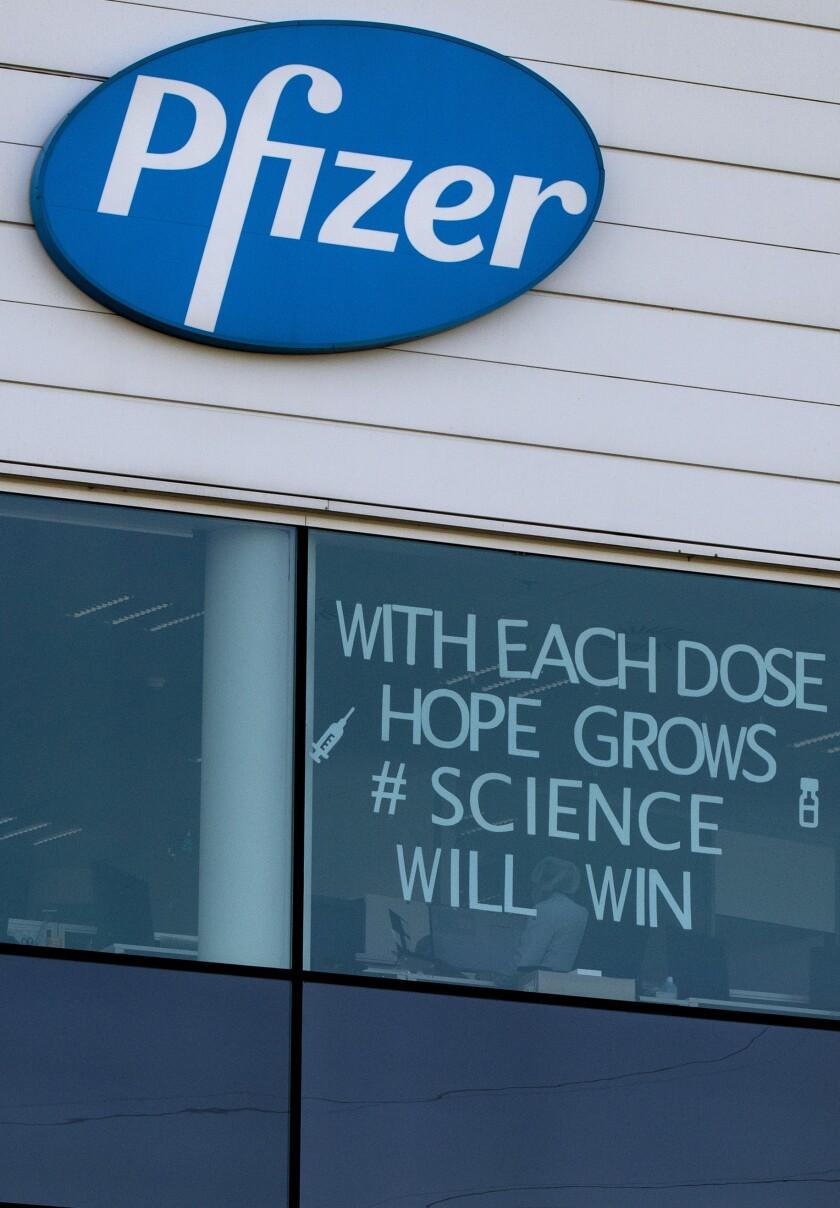 Pfizer estudia tercera dosis de vacuna contra variantes
