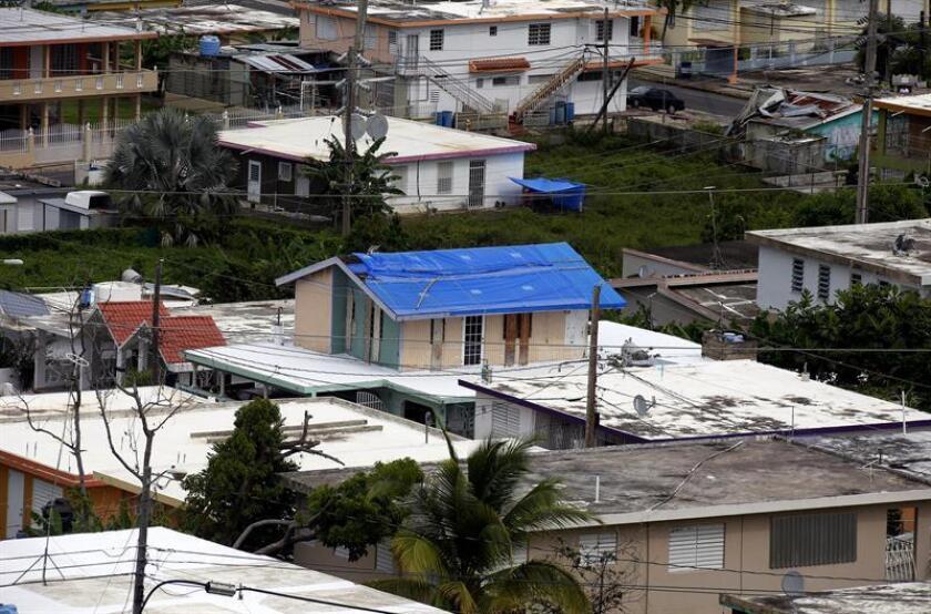 Fotografía fechada ayer, martes 18 de septiembre de 2018, que muestra unas casa con techos de plástico puestos tras el paso del huracán María, en el municipio de Naguabo (Puerto Rico). EFE