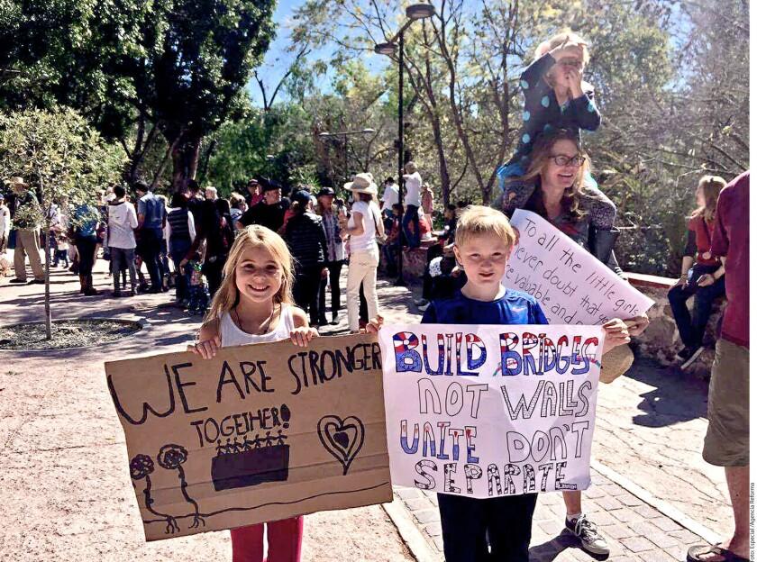 Ciudadanos estadounidenses que residen en San Miguel de Allende, Guanajuato, se organizan para manifestarse en México en contra las políticas del Presidente Donald Trump.