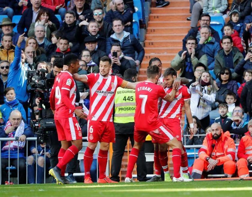 """El delantero del Girona Cristian Portugués """"Portu"""" (d) celebra el segundo gol conseguido ante el Real Madrid, durante el partido correspondiente a la vigesimocuarta jornada de Liga, que ambos equipos disputan en el estadio Santiago Bernabéu. EFE"""