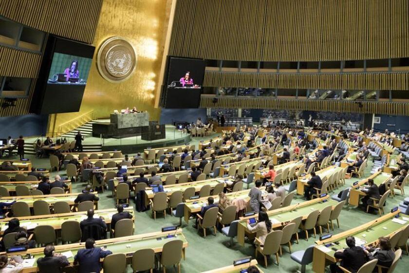 Fotografía cedida por la ONU donde aparece la presidenta del septuagésimo tercer período de sesiones de la Asamblea General, la ecuatoriana María Fernanda Espinosa (en pantalla), mientras preside una reunión para pedir el fin del embargo económico, comercial y financiero contra Cuba hoy, miércoles 31 de octubre de 2018, en la sede del organismo en Nueva York (EE.UU.). EFE/Manuel Elias/ONU/SOLO USO EDITORIAL/NO VENTAS