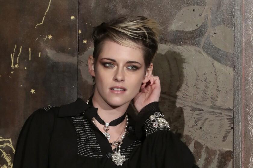 La actriz Kristen Stewart posa antes de la presentación de la colección Metiers d'Art de Chanel el 4 de diciembre de 2019